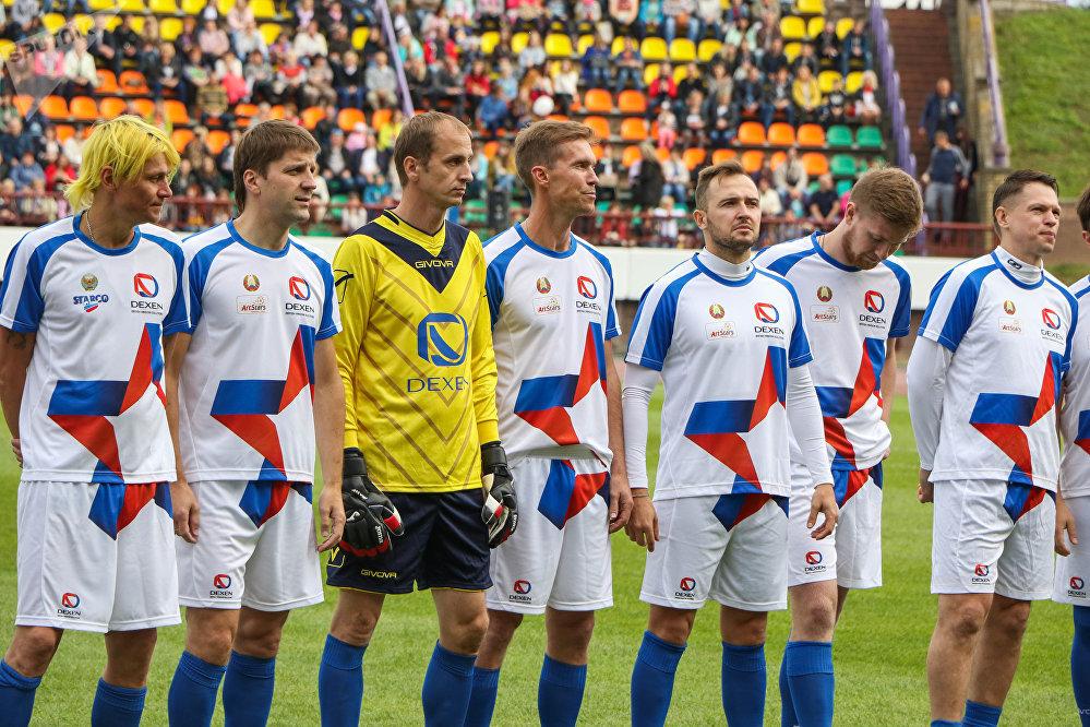 Звездная команда тоже держала козырь в рукаве. За них вышел сам Александр Глеб, самый известный белорусских футболист, который играл в лондонском Арсенале и Баварии.
