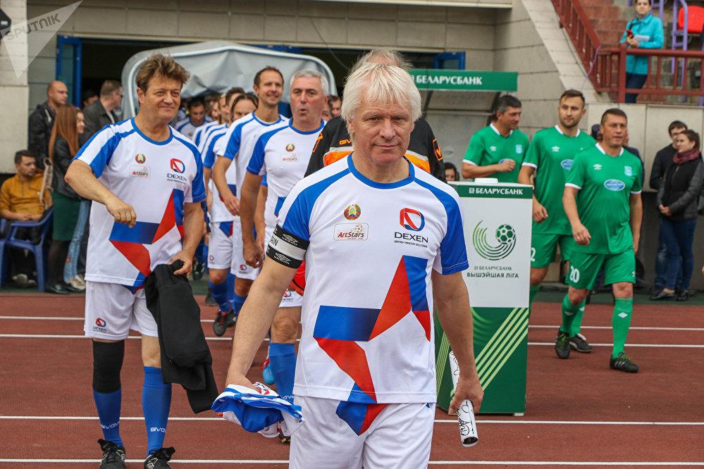 Альберт Скороход руководитель и капитан футбольной команды звезд белорусской эстрады АРТ-Старс, за ним – песняр, лучше всех исполняющий Беловежскую пущу Валерий Дайнеко.