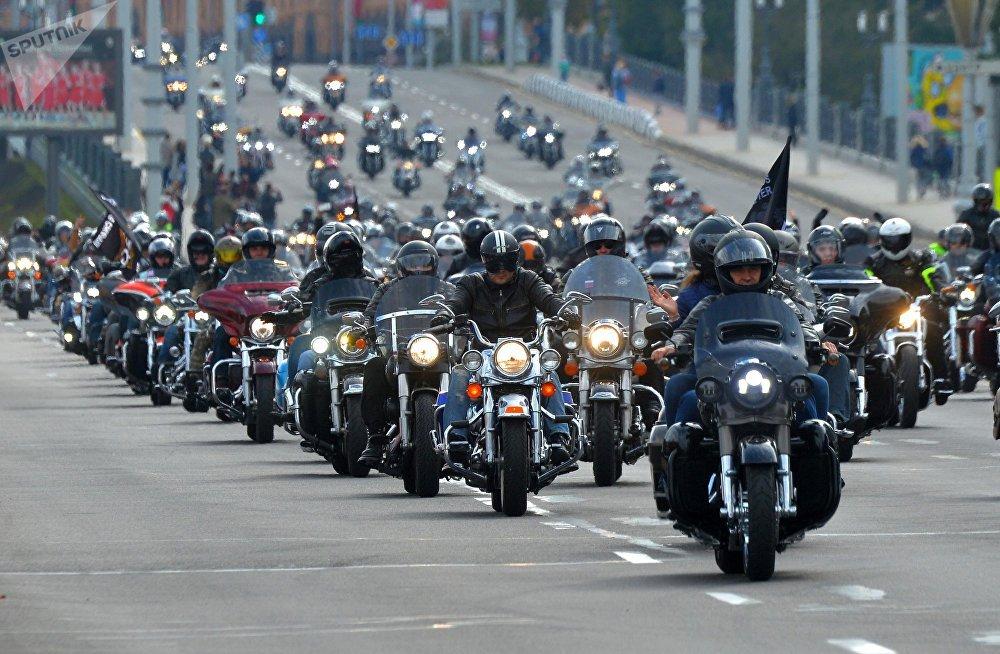 Колонна мотоциклистов, участвующих в закрытии мотосезона, растянулась при движении на несколько сотен метров