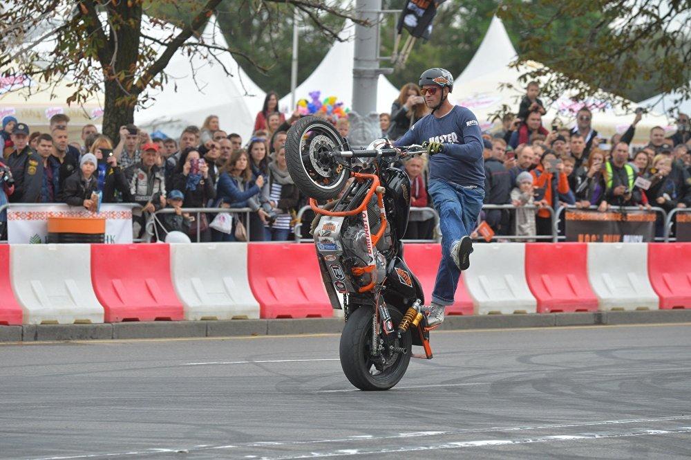 Для гостей праздника в Минске организаторы подготовили шоу с трюками на мотоциклах