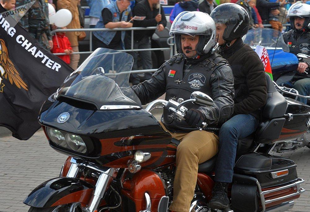 Виктор Лукашенко на своем Harley-Davidson вез во время пробега от Кургана Славы пассажира