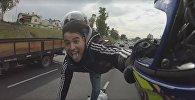 Байкер проехал по Буэнос-Айресу на одной ноге и без шлема, видео