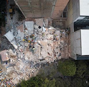 Спасатели разбирают обломки после землетрясения в районе Мехико Кондеса