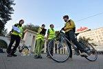 Организаторы акции вручают велосипедистам фрукты