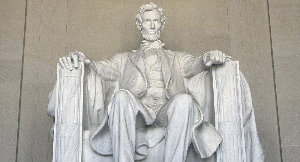 Житель Киргизии выцарапал свое имя намонументе Линкольна вВашингтоне