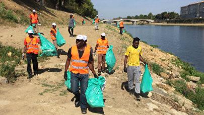 Мигранты на уборке мусора в Италии