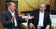 Президент России Владимир Путин (справа) и президент Международного союза КВН Александр Масляков, архивное фото