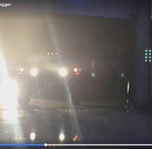 Видеофакт: Арнольд Шварценеггер проехал на электрическом Hummer