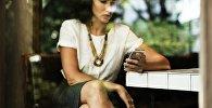 Женщина с мобильным телефоном, архивное фото