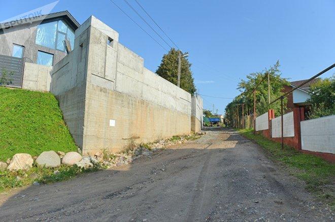 Местные жители настаивают на том, что стена была построена с нарушением закона