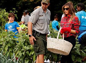 Мелания Трамп посадила капусту в саду Белого дома