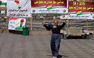 Мужчина на фоне баннеров в поддержку референдума в Курдистане
