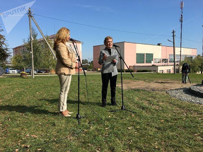 Джанет Джоссе (справа) специально приехала на церемонию открытия памятника