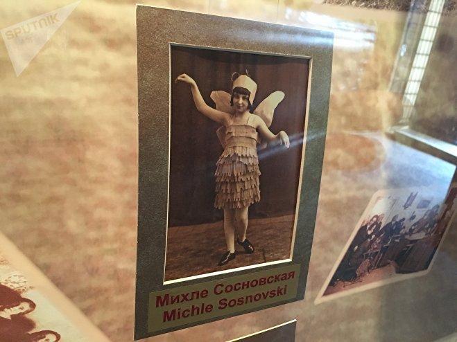 Михле Сосновская в костюме ангела, которая стала прообразом памятника