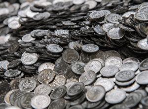 Российский монеты номиналом один рубль, архивное фото