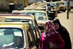 Арабские женщины возле такси