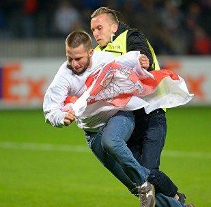 Болельщик выбежал на поле во время матче БАТЭ - Арсенал
