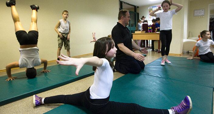 Урок физкультуры в школе, архивное фото
