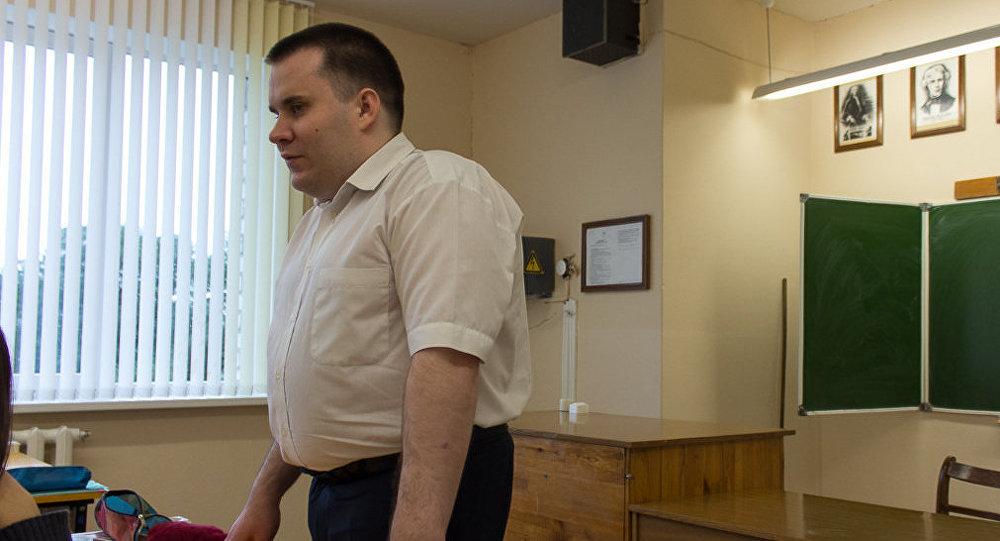Незрячий учитель Николай Апанович старается максимально использовать наглядны материал на своих уроках