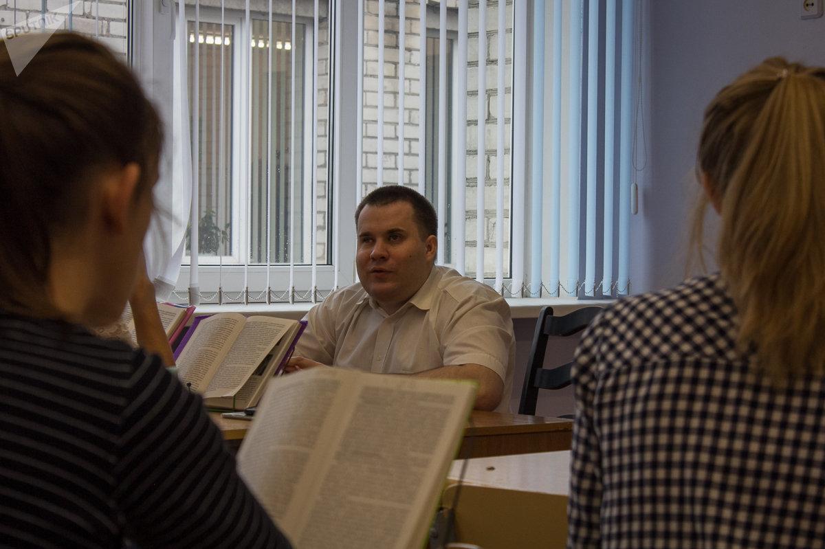 Всех учеников Апанович различает по голосам, но при ответе просит называть фамилию