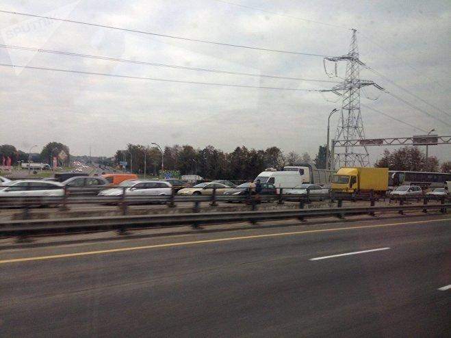 Отвлекся отуправления: шофёр фуры врезался вавтобус наМКАД