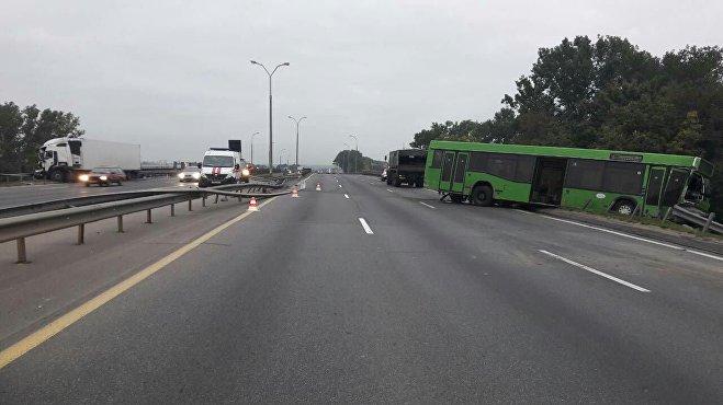 Автобус ифура столкнулись наМКАД— движение достаточно серьезно затруднено