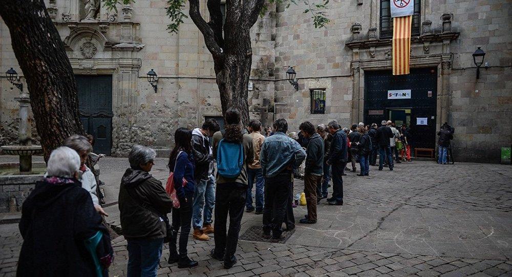 Жители Барселоны принимают участие в опросе населения о статусе Каталонии