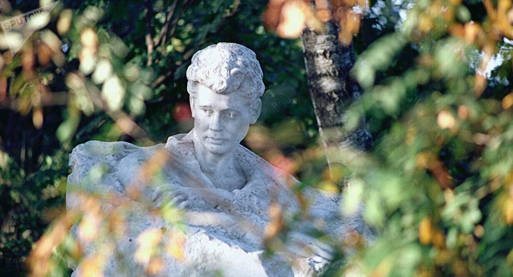 Памятник поэту Сергею Есенину в садике его дома в селе Константиново