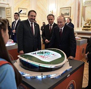 Президент РФ Владимир Путин во время осмотра выставки, посвящённой подготовке стадионов к ЧМ-2018