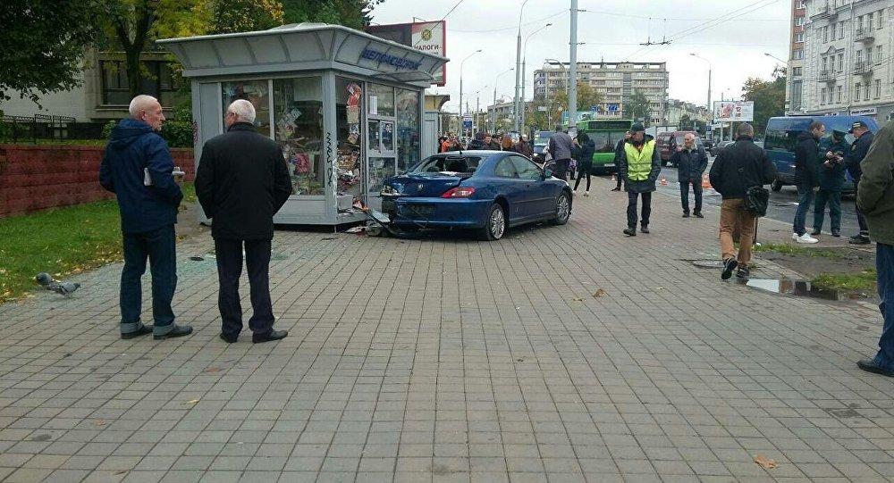 Peugeot (Пежо) врезался вкиоск «Белсоюзпечати» вМинске
