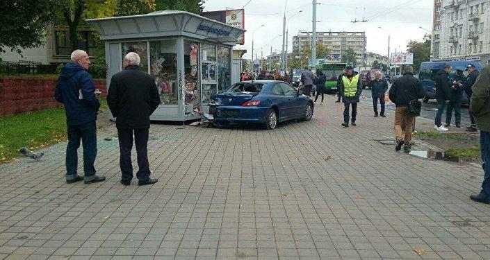 Наулице Чкалова Peugeot (Пежо) выехал наостановку исбил женщину