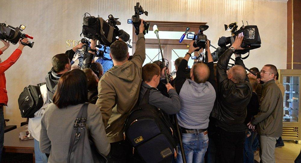 Журналисты перед дверями, за которыми идет заседания Контактной группы по Украине