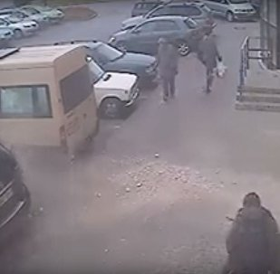 Мінак ў Віцебску цудам вывернуўся ад падаючай з дома бетоннай пліты