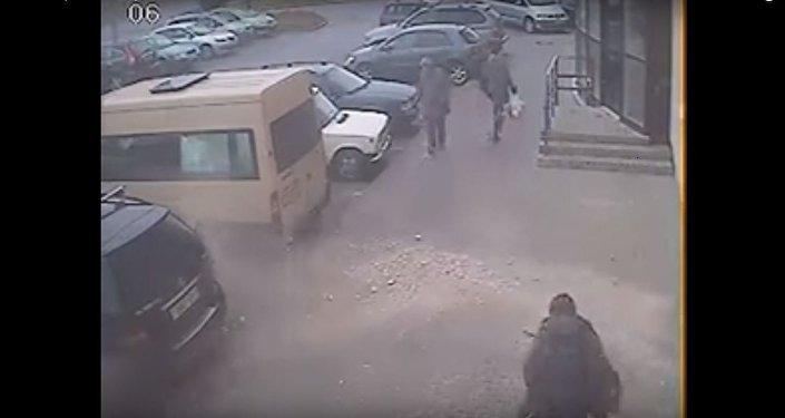 ВВитебске парень чудом спасся отпадающей сверху бетонной плиты