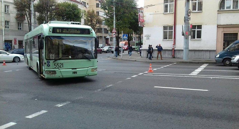 ВМинске нетрезвый пешеход пошел накрасный ипопал под троллейбус