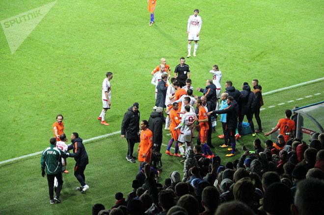 Потасовка между белорусскими и голландскими футболистами во втором тайме