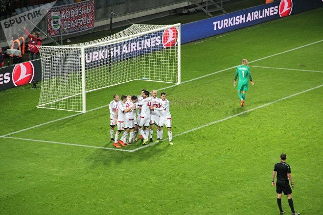 Партнеры по команде поздравляют Максима Володько с голом в ворота Голландии