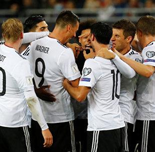 Футболисты сборной Германии радуются победе над Азербайджаном