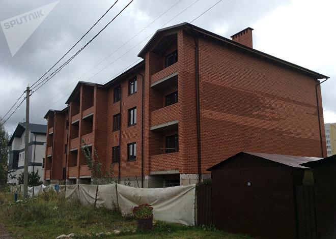 Дом напротив квартир на 20 простаивает