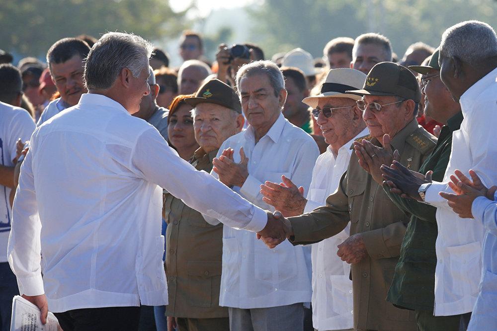 Первый вице-президент Кубы Мигель Диас-Канель обмениваются рукопожатием с президентом Кубы Раулем Кастро