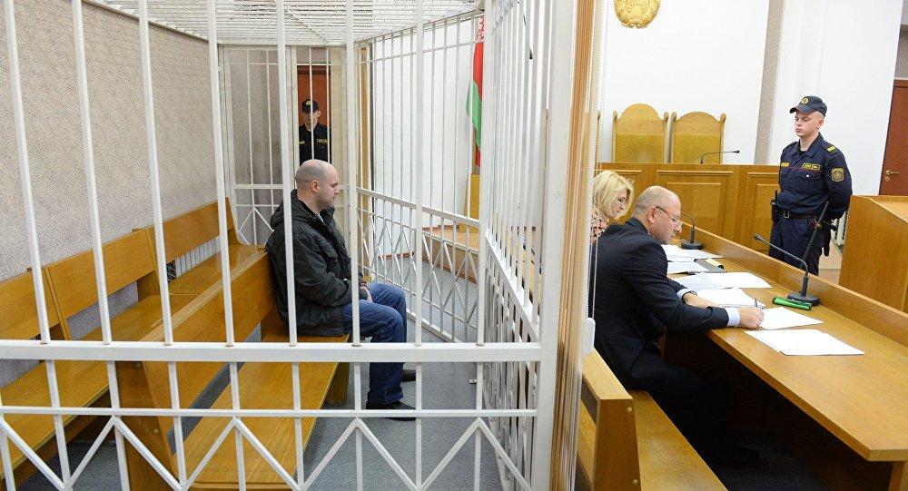 Обвиняемый Раздуев и его адвокаты в зале суда