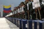 Военнослужащие с ящиками для голосования в Венесуэле