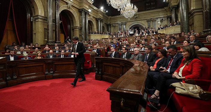 Председатель правительства Каталонии Карлес Пучдемон выступает в парламенте