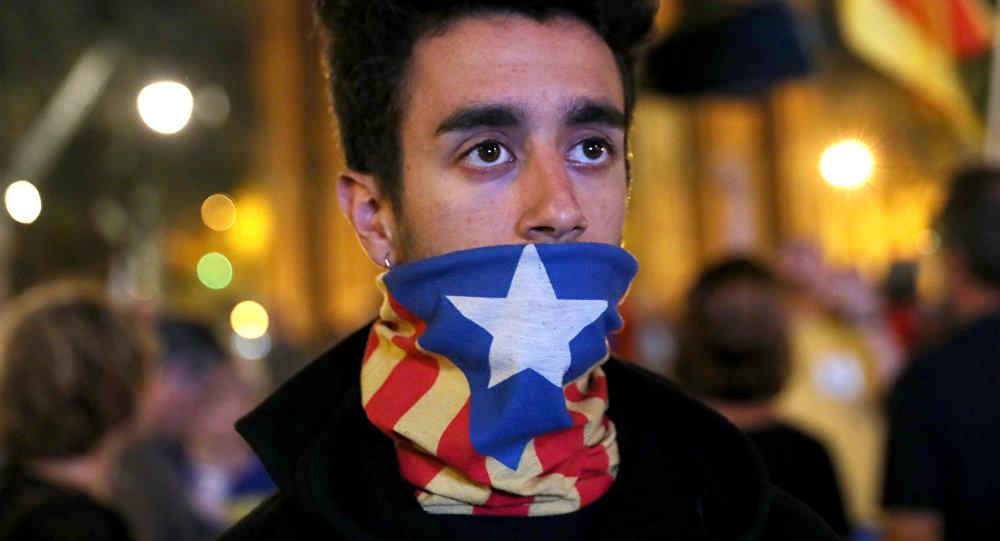 Молодой человек с флагом Каталонии