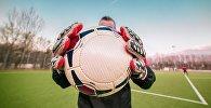 Голкипер с мячом в руках, архивное фото