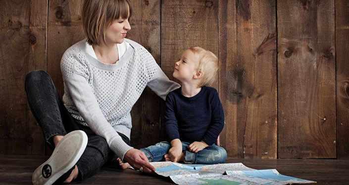 Мама с ребенком, архивное фото