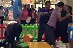 Видеофакт: массовая драка родителей в торговом центре в Китае