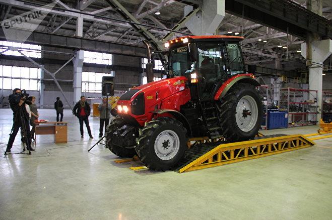 Новый трактор сходит с конвейера