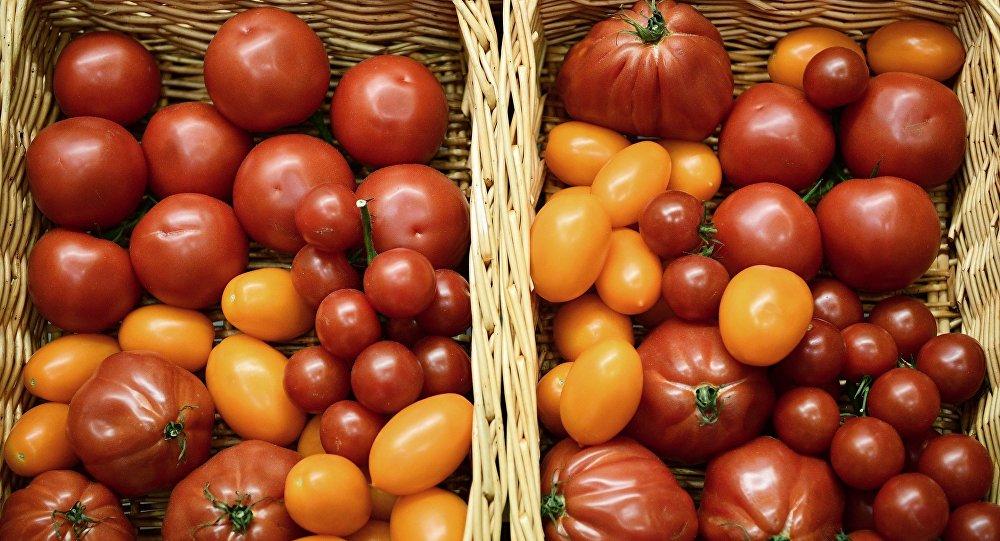 Корзины с помидорами, архивное фото