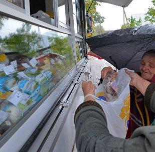 Сельчане покупают самое необходимое и немного сладостей - побаловать внуков